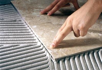 равномерное нанесение клея чтобы класть плитку