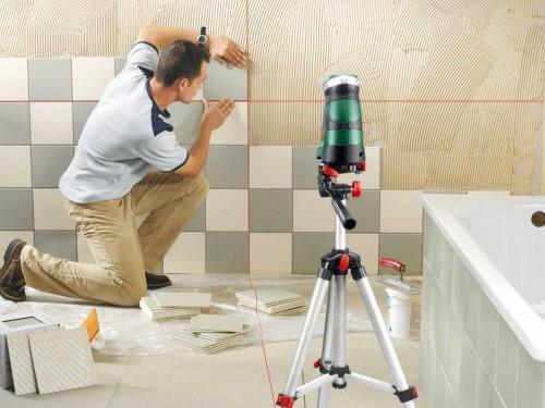 разметка горизонталей и вертикалей лазерным уровнем для укладывания плитки в ванной