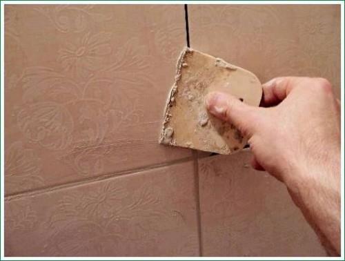 резиновый шпатель для затирки швов плитки в ванной