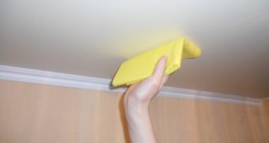 Как мыть натяжной потолок без разводов: как помыть глянцевый и матовый потолок