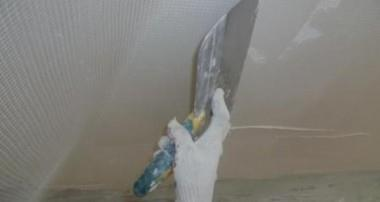 Как штукатурить потолок в квартире своими руками?