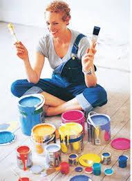 Девушка выбирает цвет краски