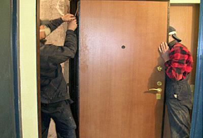 проверка зазоров при установке входной двери