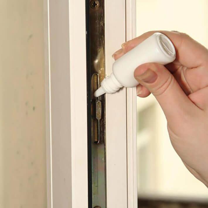 Смазывание петель и фурнитуры балконной двери